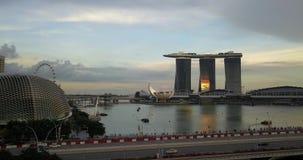 Opinión aérea de Singapur en la puesta del sol Hotel famoso de Marina Bay Sands metrajes