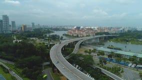 Opinión aérea de Singapur sobre la carretera tiro Coches en la opinión aérea de la carretera almacen de video