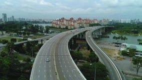 Opinión aérea de Singapur sobre la carretera tiro Coches en la opinión aérea de la carretera almacen de metraje de vídeo