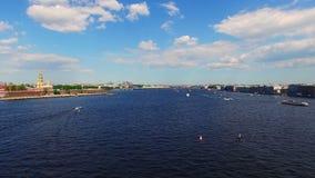 Opinión aérea de St Petersburg sobre el río Neva almacen de video
