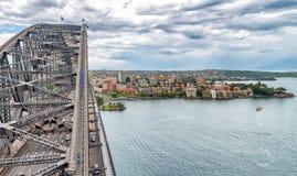 Opinión aérea de Sydney Harbour Bridge con tráfico de coche imágenes de archivo libres de regalías