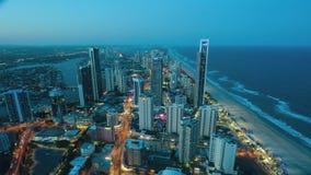 Opinión aérea de Timelapse del paraíso Queensland Australia de las personas que practica surf almacen de metraje de vídeo