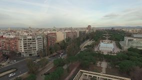 Opinión aérea de Valencia con Turia Gardens, España almacen de video