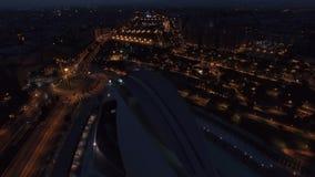 Opinión aérea de Valencia de la noche con la ciudad de artes y de ciencias metrajes