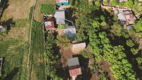 Opinión aérea del abejón de casas rurales en Asia con volar visto cometa blanca de los niños sobre las casas almacen de video