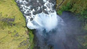 Opinión aérea del abejón de la cascada de Skogafoss en Islandia, una de la atracción turística más famosa del país metrajes