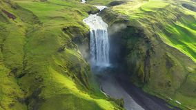 Opinión aérea del abejón de la cascada de Skogafoss en Islandia, una de la atracción turística más famosa del país almacen de video