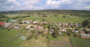 Opinión aérea del abejón de la ciudad y de los jardines ucranianos del campo con las casas metrajes