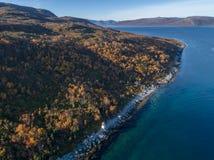 Opinión aérea del abejón de la costa costa hermosa con un faro Imagenes de archivo