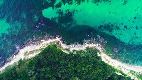 Opinión aérea del abejón de la costa costa rocosa con las ondas del mar que se estrellan y la naturaleza hermosa