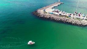 Opinión aérea del abejón de la costa Varna, Bulgaria del Mar Negro Navegue el puerto y el barco de navegación en el agua almacen de video