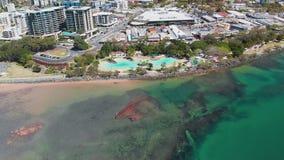 Opinión aérea del abejón de la laguna de la ensenada del acuerdo, Redcliffe, Australia metrajes