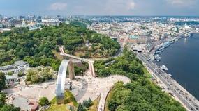 Opinión aérea del abejón de la nuevos construcción de puente del parque, río de Dnieper, colinas, parques y paisaje urbano de cic fotos de archivo