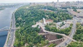 Opinión aérea del abejón de la nuevos construcción de puente del parque, río de Dnieper, colinas, parques y paisaje urbano de cic fotos de archivo libres de regalías