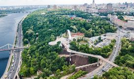 Opinión aérea del abejón de la nuevos construcción de puente del parque, río de Dnieper, colinas, parques y paisaje urbano de cic imagen de archivo libre de regalías