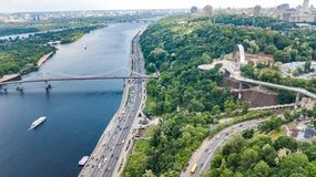 Opinión aérea del abejón de la nuevos construcción de puente del parque, río de Dnieper, colinas, parques y paisaje urbano de cic imagenes de archivo