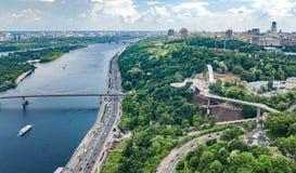 Opinión aérea del abejón de la nuevos construcción de puente del parque, río de Dnieper, colinas, parques y paisaje urbano de cic foto de archivo