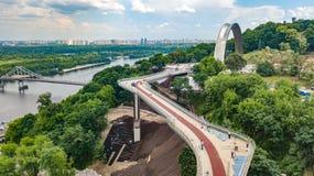 Opinión aérea del abejón de la nuevos construcción de puente del parque, río de Dnieper, colinas, parques y paisaje urbano de cic fotografía de archivo