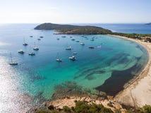 Opinión aérea del abejón de la playa Córcega de la bahía de Rondinara con los barcos Fotos de archivo libres de regalías