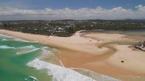 Opinión aérea del abejón de la playa en el lago Currimundi, Caloundra, costa de la sol, Queensland, Australia metrajes