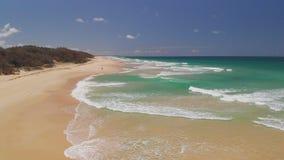 Opinión aérea del abejón de la playa en el lago Currimundi, Caloundra, costa de la sol, Queensland, Australia almacen de metraje de vídeo