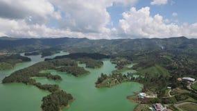 Opinión aérea del abejón de la toma panorámica correcta La Piedra del Peñol en Colombia almacen de metraje de vídeo