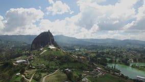Opinión aérea del abejón de la toma panorámica izquierda La Piedra del Peñol en Colombia almacen de video