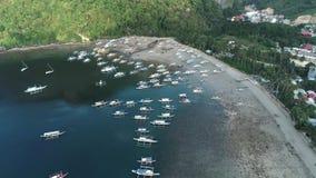 Opinión aérea del abejón de los barcos anclados en la bahía con agua del claro y de la turquesa Barco y yate en la laguna tropica almacen de metraje de vídeo