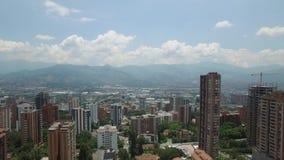 Opinión aérea del abejón de Sideway de la ciudad de MedellÃn en Colombia metrajes
