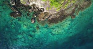 Opinión aérea del abejón de una costa costa tropical del paraíso sobre una isla caribeña con agua de la turquesa y las pequeñas o metrajes