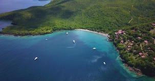 Opinión aérea del abejón de una playa tropical del paraíso rodeada por el mar y la selva en la isla caribeña de St Lucia almacen de video