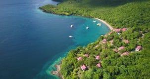 Opinión aérea del abejón de una playa tropical del paraíso rodeada por el mar y la selva en la isla caribeña de St Lucia metrajes