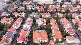 Opinión aérea del abejón desde arriba del distrito de una ciudad de Varsovia con las casas residenciales viejas Imagen de archivo libre de regalías