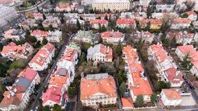 Opinión aérea del abejón desde arriba del distrito de una ciudad de Varsovia con las casas residenciales viejas Vieja, histórica  Fotos de archivo libres de regalías