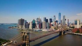 Opinión aérea del abejón del distrito financiero de Nueva York de Manhattan, del puente de Brooklyn y de Hudson River, visión pan almacen de video