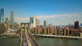 Opinión aérea del abejón el puente de Brooklyn y Hudson River metrajes
