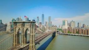 Opinión aérea del abejón el puente de Brooklyn y Hudson River almacen de video