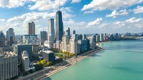 Opinión aérea del abejón del horizonte de Chicago desde arriba, el lago Michigan y ciudad del paisaje urbano céntrico de los rasc fotos de archivo