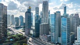 Opinión aérea del abejón del horizonte de Chicago desde arriba, el lago Michigan y ciudad del paisaje urbano céntrico de los rasc imagen de archivo