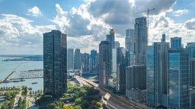 Opinión aérea del abejón del horizonte de Chicago desde arriba, el lago Michigan y ciudad del paisaje urbano céntrico de los rasc imágenes de archivo libres de regalías