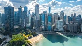 Opinión aérea del abejón del horizonte de Chicago desde arriba, el lago Michigan y ciudad del paisaje urbano céntrico de los rasc imagen de archivo libre de regalías