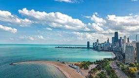 Opinión aérea del abejón del horizonte de Chicago desde arriba, el lago Michigan y ciudad del paisaje urbano céntrico de los rasc fotografía de archivo libre de regalías