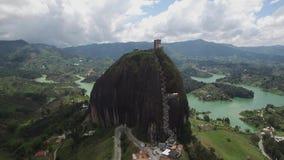 Opinión aérea del abejón La Piedra del Peñol en Colombia almacen de video