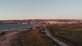 Opinión aérea del abejón del muelle de la ciudad de Paphos y del mar Mediterráneo de la puesta del sol con caminar de los peatone almacen de video
