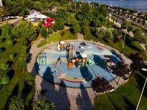 Opinión aérea del abejón del patio de los niños en el jardín de la ciudad cerca de la playa Fotografía de archivo libre de regalías