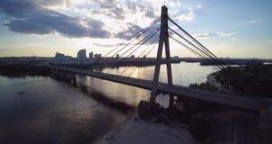 Opinión aérea del abejón del puente del norte Kiev Ucrania de Moscú hacia el río Dnepr de la puesta del sol metrajes