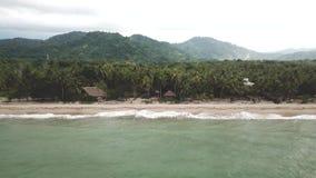 Opinión aérea del abejón que muestra una playa en la costa de Colombia almacen de metraje de vídeo