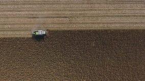 Opinión aérea del abejón sobre campos agrícolas enormes almacen de metraje de vídeo
