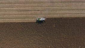 Opinión aérea del abejón sobre campos agrícolas enormes almacen de video