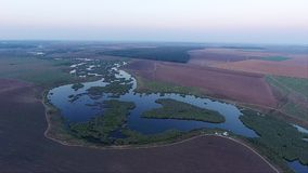 Opinión aérea del abejón sobre el lago y campos almacen de metraje de vídeo